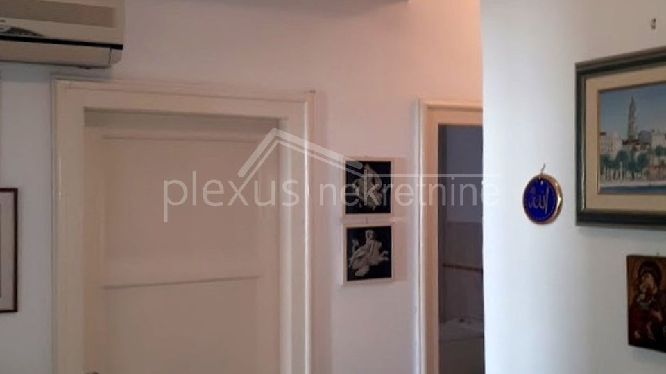 SNIŽEN0: Građanski dvosoban stan visokih stropova u centru: Split, Manuš, 94 m2