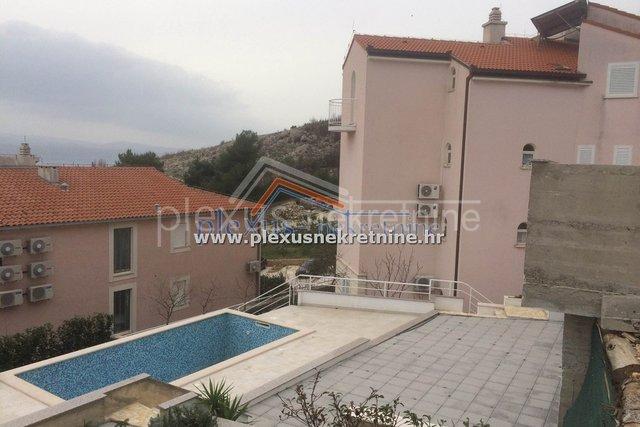 SNIŽENO ZA 50.000€ Apartmanska kuća - villa s bazenom: Lokva Rogoznica (prodaja)