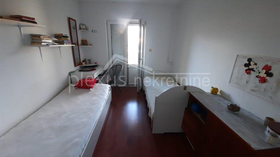 Dvosoban stan s parkingom: Kaštel Novi, 81 m2