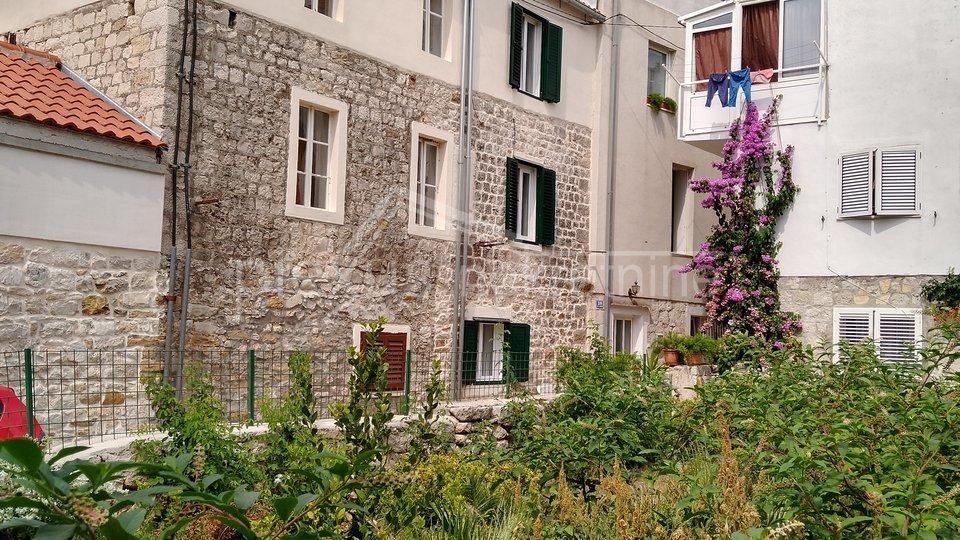 Kamena kuća u centru: Kaštel Novi, 60 m2