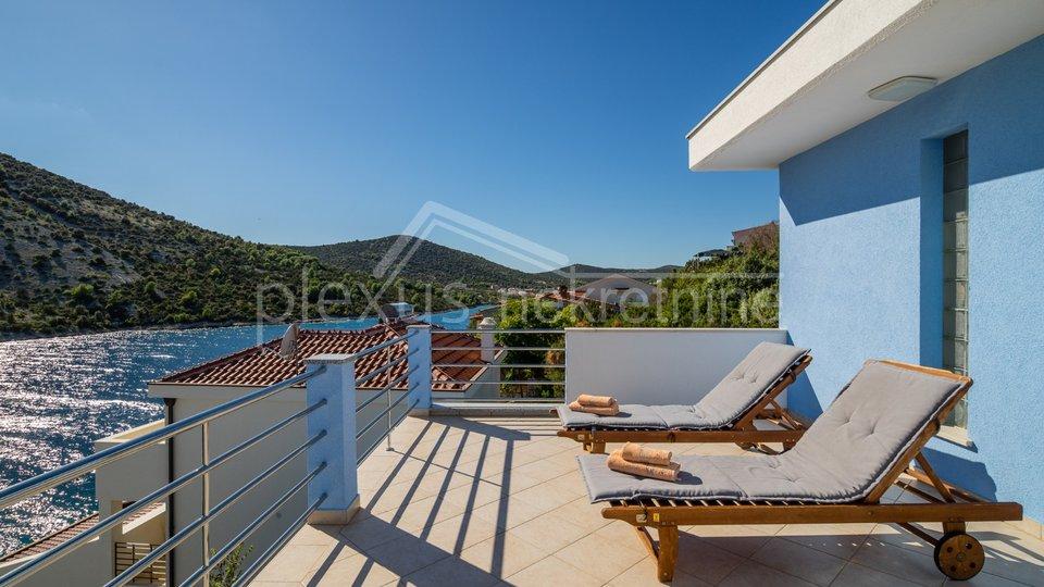 Apartmanska kuća - villa prvi red uz more: Marina - Vinišće, 215 m2