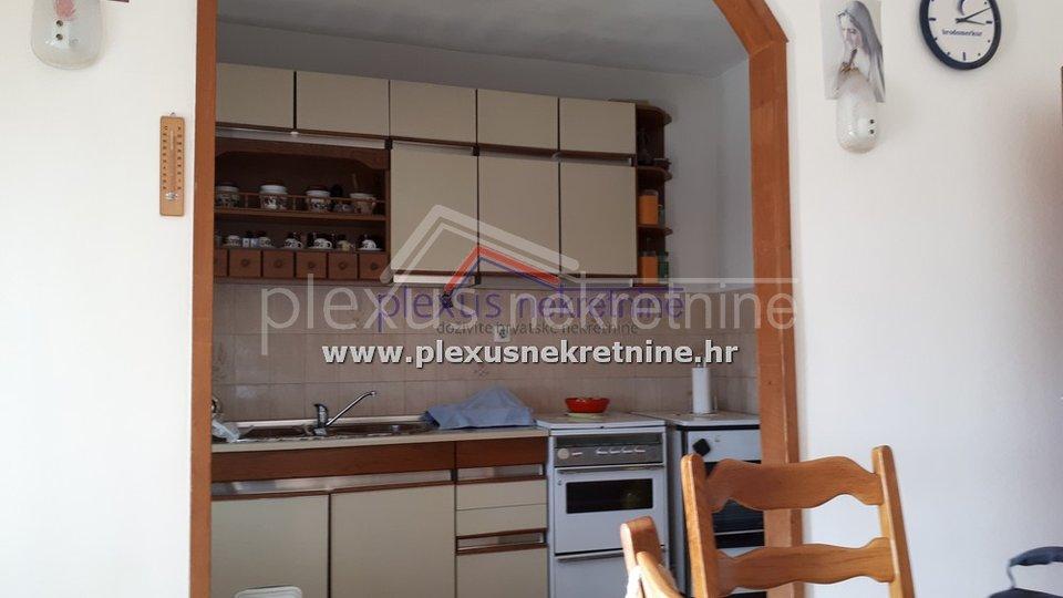 SNIŽENO! Kuća s vrtom 900 m2 i garažom: Kaštel Lukšić, 250 m2