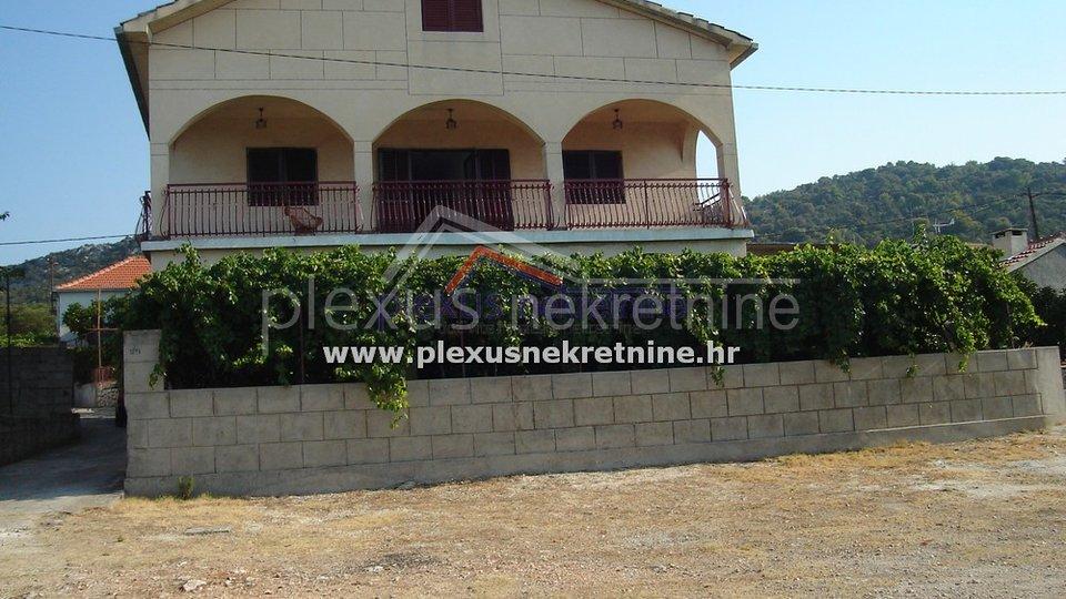 Namještena obiteljska kuća, Marina - Vinišće, 375 m2